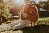 Liten flicka kramar sin hund